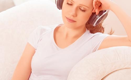 短時間の昼寝をする女性