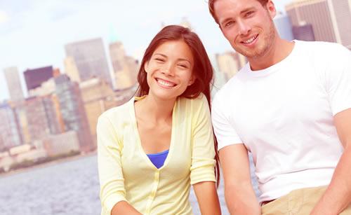 旅行中の仲良しカップル