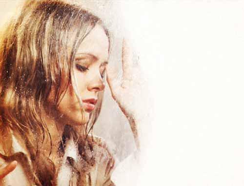 雨に濡れ悲しむ演技をする女