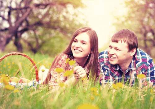 草原で寄り添うカップル
