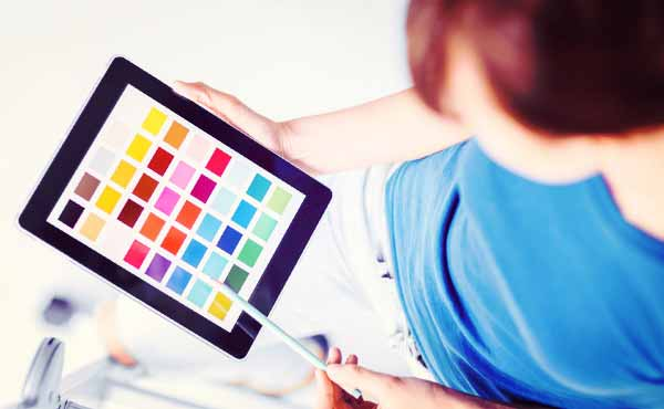 色の印象が女性を魅力的にする恋や日常を彩るカラー活用法