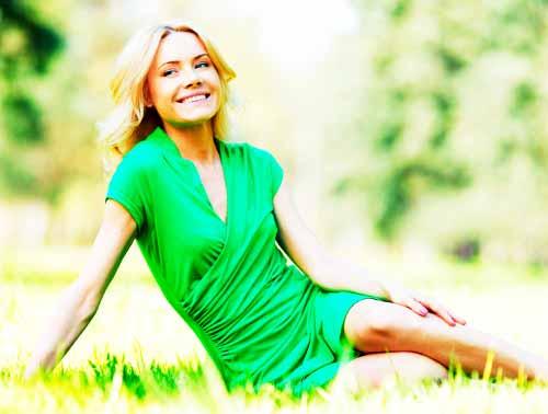 緑の服を着た女性