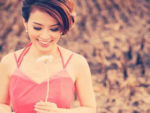 お花を持った女性