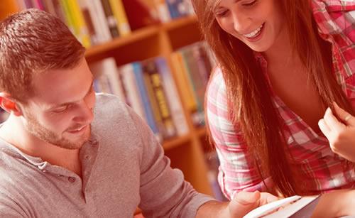 図書館デートを楽しむカップル