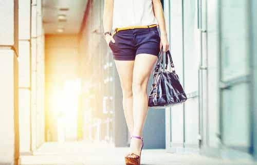 モデル歩きをする女性