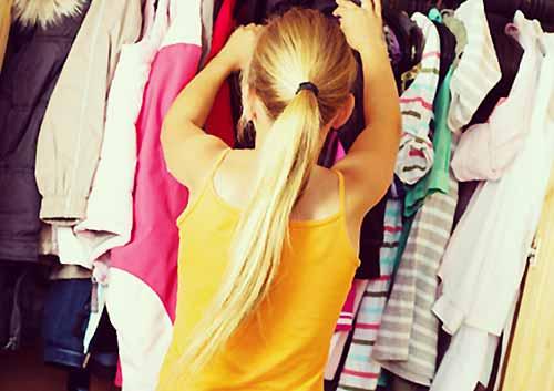 クローゼットから服を探し出す女子