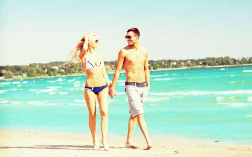 海でデートする男女