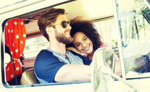 ドライブを楽しむカップル