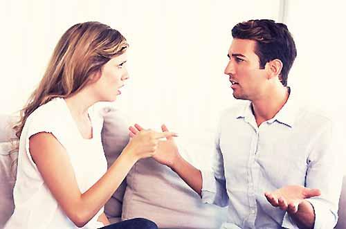 言い争いをするカップル