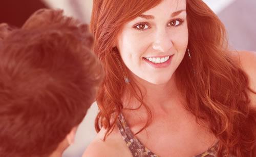 遠慮なく会話を続ける積極的な女性