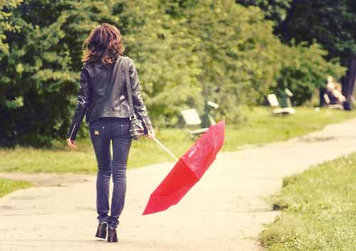 傘を横に持つ女性