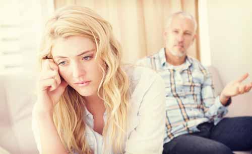 親に干渉される女性