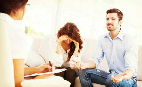 弁護士に離婚の相談をする夫婦