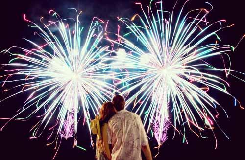 花火を見るカップル