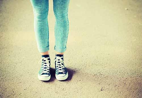 スニーカーをはいた女性