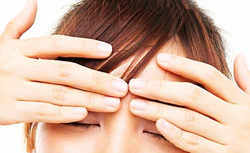 目をマッサージする女性