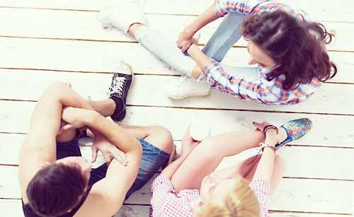 友達カップルと会話する女性