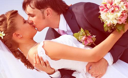 幸せな結婚をしたカップル