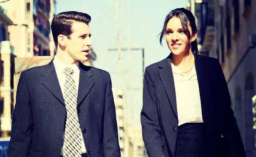 営業先へ向かう男と女