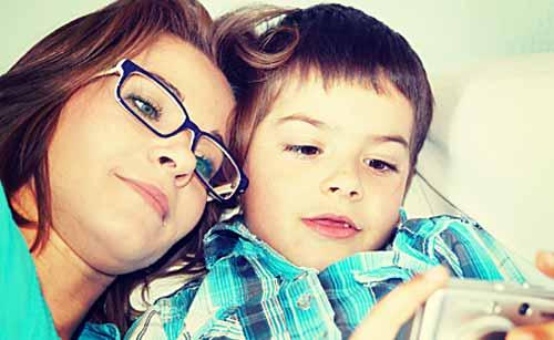 子供と一緒に写真を見る母親