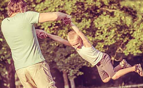 子供の遊び相手をする男性