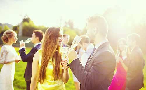 婚活パーティを楽しむ女性