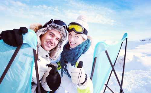 スキー場にいるカップル