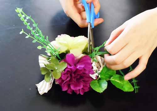 お花をハサミで切る
