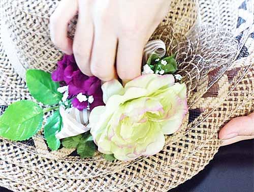 麦わら帽子にお花をつける