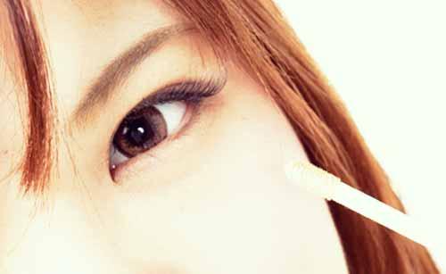 目にコンシーラーを塗る女性