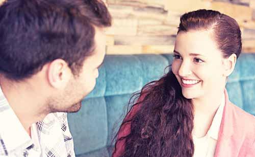 穏やかな表情で会話する女性