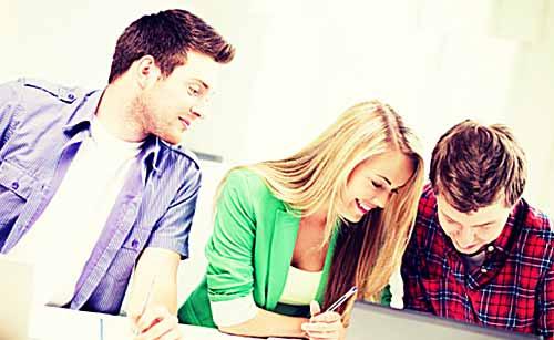 彼氏の前でクラスメイトの男子と楽しく会話する女子