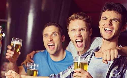 お酒で興奮している男達