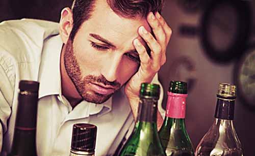寂しさとともに酒を飲む男