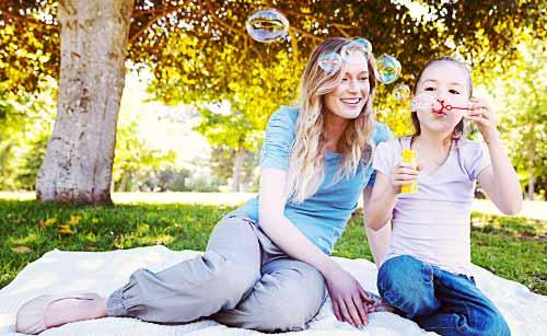 ピクニックを楽しむ母と娘