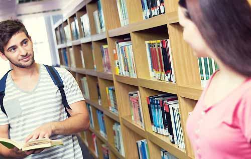 図書館で目があった男女