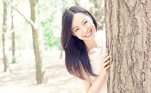 元気な笑顔の女性