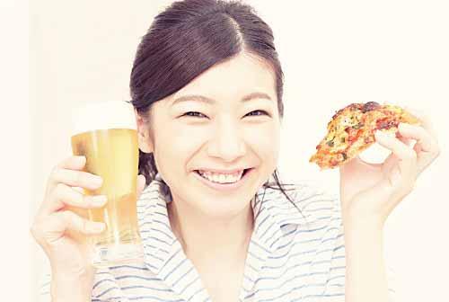 ピザを美味しそうに食べる女性