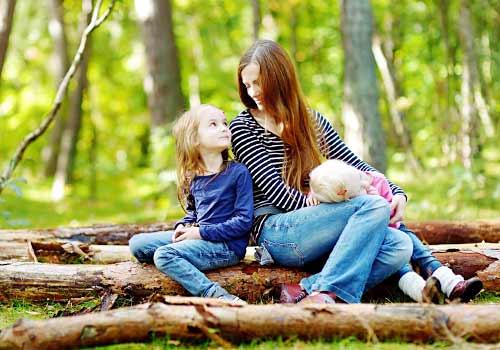 森の中リラックスする母と子