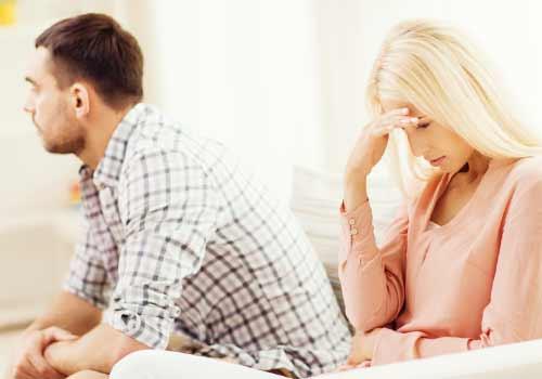 夫が嫌で悲しむ女性