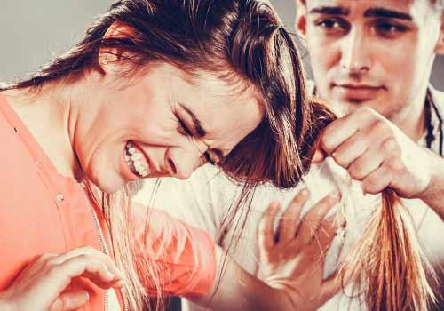 旦那から暴力を受ける女性
