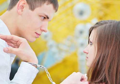 彼女を束縛する男