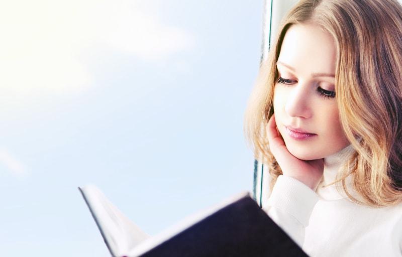 静かに本を読む女性