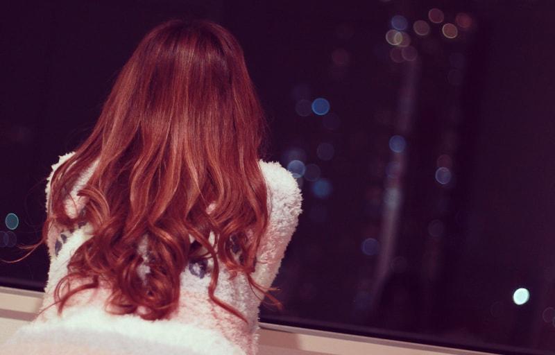 夜空を見て思いつめる女子