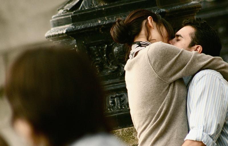 抱き合うカップルと嫉妬する男