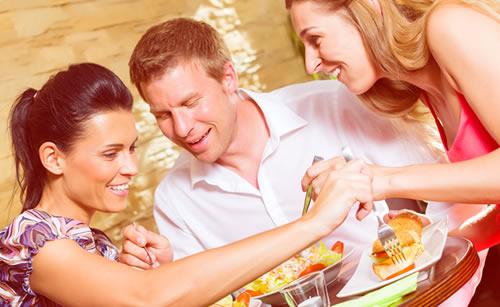 食べ物に好奇心旺盛な女性