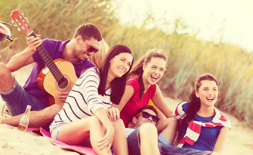 グループで夏を謳歌する女性