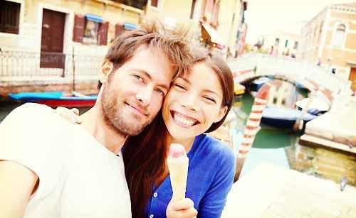 旅行を楽しむカップル
