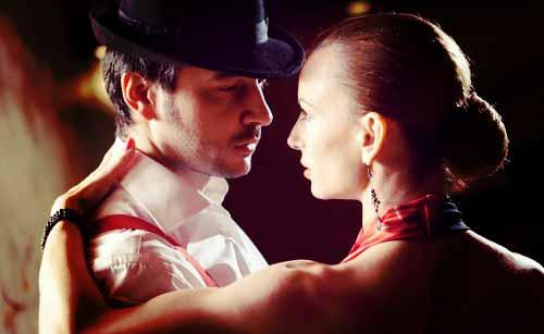 ダンスをリードする女性