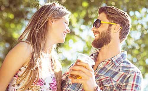 ビールを飲み気になる女性と会話する男